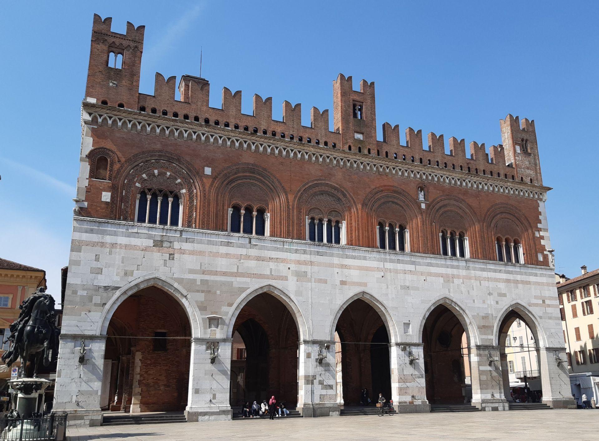 Piacenza - Piazza Cavalli, Palazzo gotico
